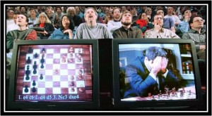 Les spectateurs du TAM découvrent ébahis la profondeur du contre-gambit Nicolet. Sur l'écran de droite, un célèbre gambiteur local, effondré, découvre que son ouverture fétiche a été définitivement réfutée par le génie Rueillois.