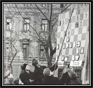 Des échiquiers géants disposés tout autour de la Place des Arts permettaient aux aficionados sans ticket de suivre quand même les parties
