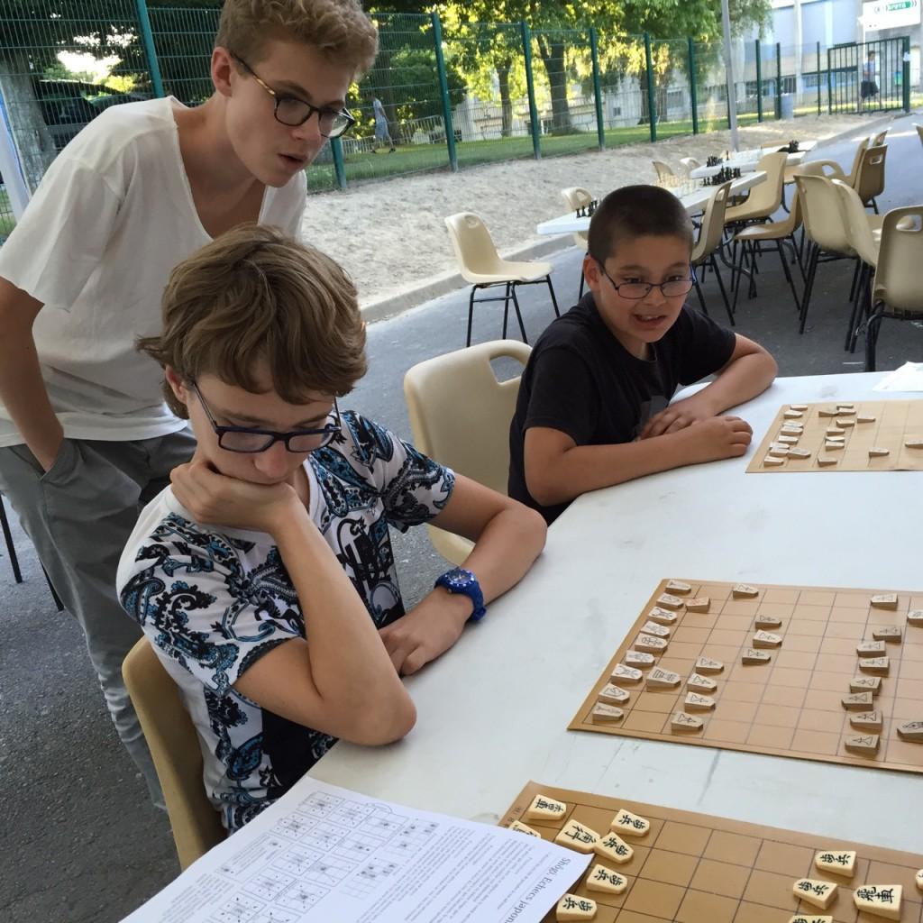 Iniitiation au shogi (échecs japonais) : pas facile de distinguer les différentes pièces et de maîtriser leurs déplacements respectifs !