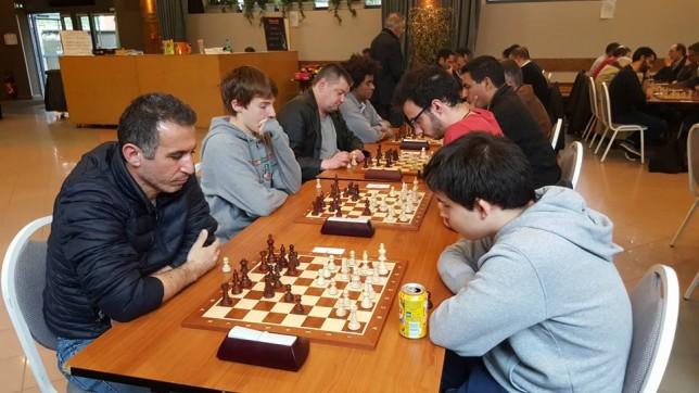 Les parties décisives de la dernière ronde : au 1er plan, Guillaume Philippe l'emporte sur Kamel Seba, tandis qu'au deuxième Loïc Travadon bat Bastien Dubessay.