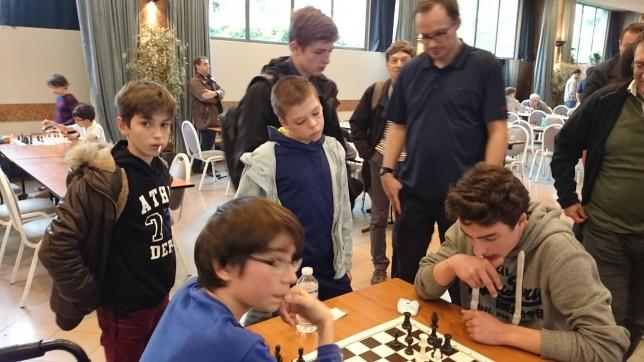 La partie décisive de la dernière ronde : Côme parvient à contenir l'attaque de Corentin et assure la première place