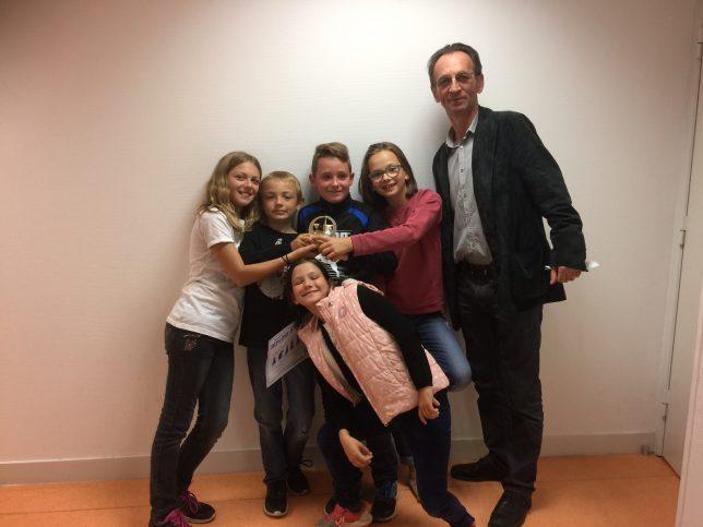 L'équipe de l'école Pasteur, avec son entraîneur le Grand-Maître Sergiu Lupu