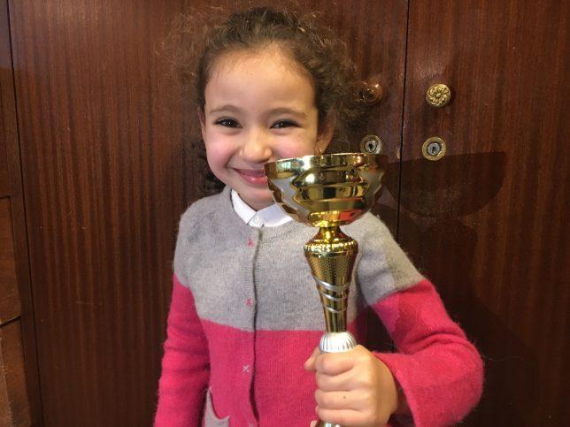 Un beau trophée pour la toute jeune Emma