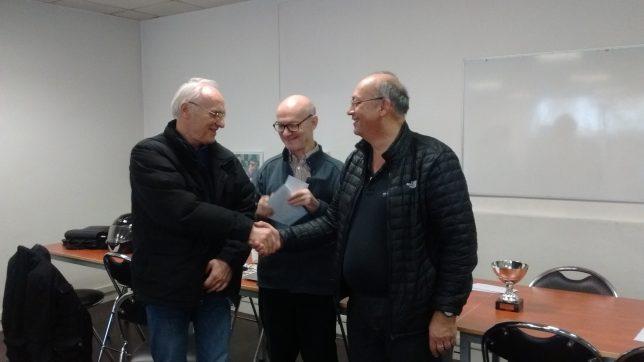Ranko reçoit son prix des mains de Jean-Luc Renevier